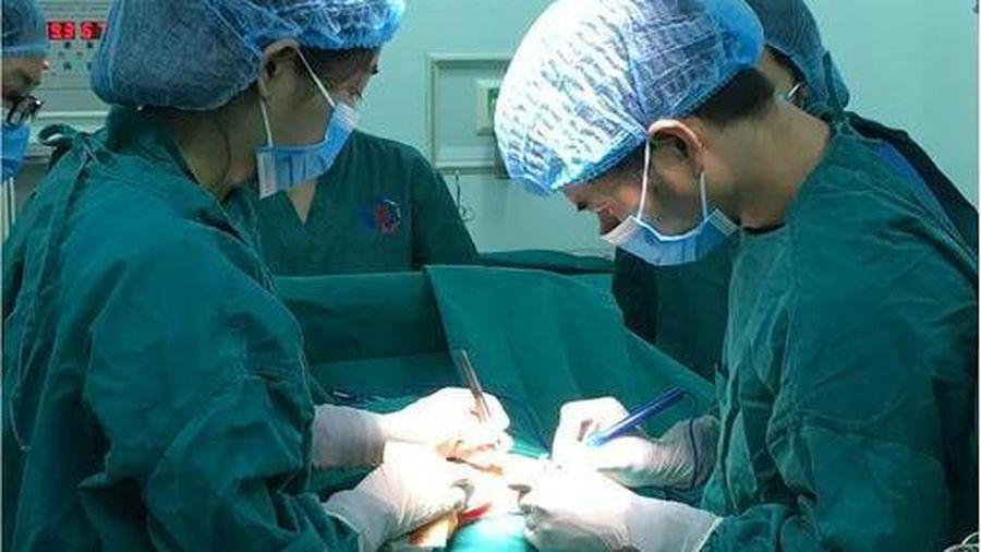 Cô gái trẻ mang trong mình khối u thần kinh nặng 10kg