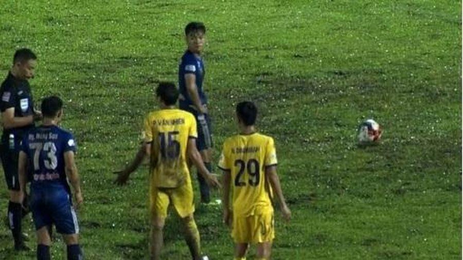 Quảng Nam đánh bại Nam Định trong trận cầu có hai thẻ đỏ