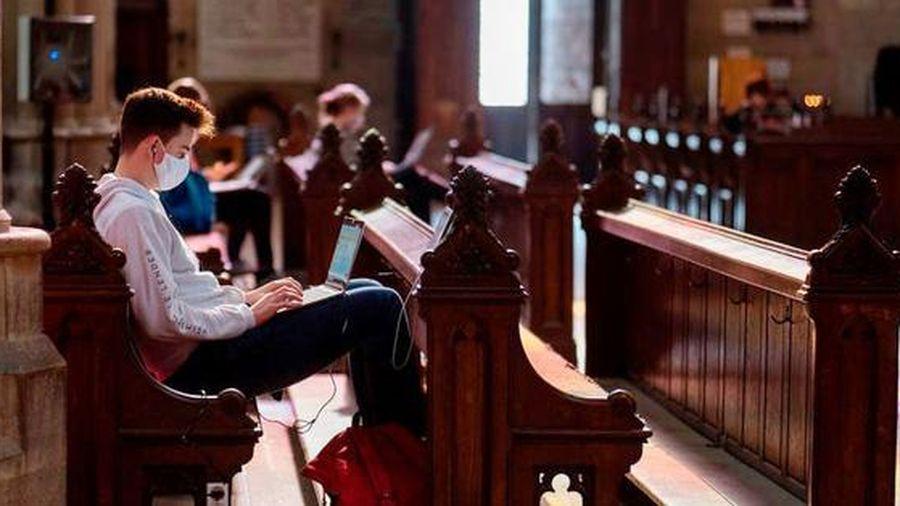 Sinh viên Áo vừa học vừa ngắm kiến trúc độc đáo của nhà thờ nổi tiếng