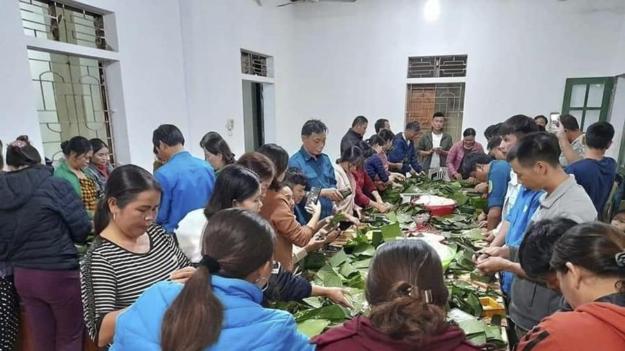Nghệ An: Những chiếc bánh nghĩa tình gửi vào vùng rốn lũ