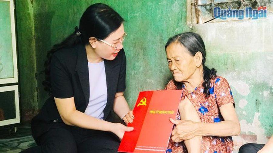 Ủy viên dự khuyết Trung ương Đảng, Bí thư Tỉnh ủy, Chủ tịch HĐND tỉnh Bùi Thị Quỳnh Vân: Thăm, tặng quà cho hộ nghèo