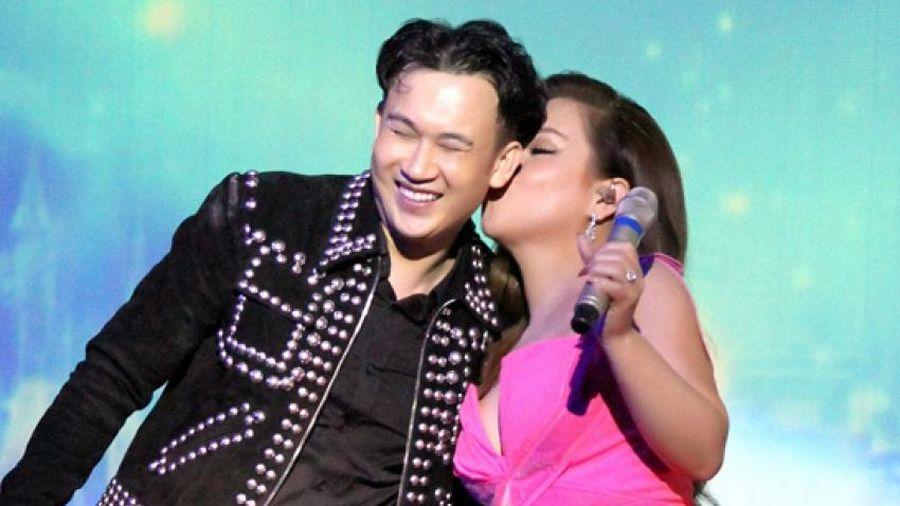 Minh Tuyết khoe eo thon, hôn Dương Triệu Vũ trên sân khấu