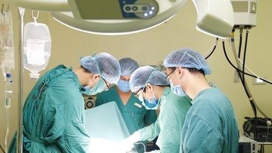 Phẫu thuật cho cô gái hơn 10 năm đeo u vú khổng lồ 10kg