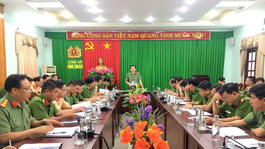 Công an Bình Thuận tuyên truyền pháp luật và tặng quà cho người dân