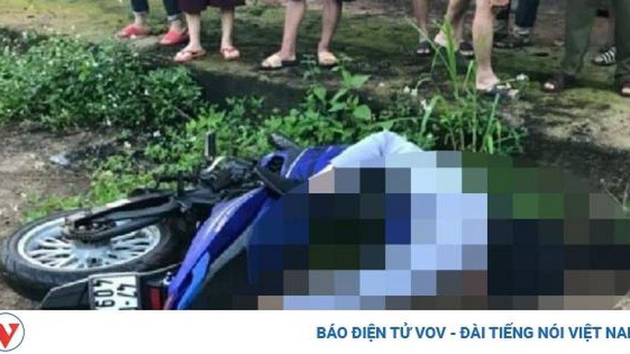 Nam thanh niên nằm chết bên xe máy ven đường