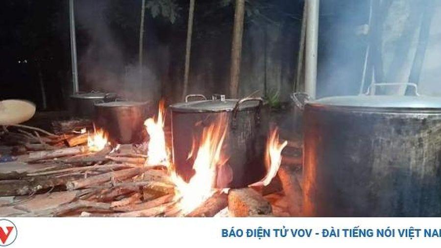 Người dân Nghệ An đỏ lửa nấu bánh chưng 'chi viện' đồng bào vùng lũ