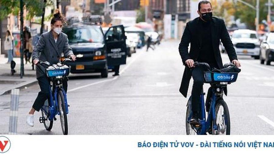 Katie Holmes vui vẻ đạp xe dạo phố cùng con gái cưng và tình trẻ