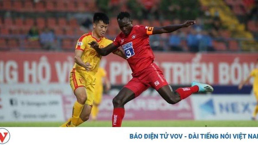 Quảng Nam và Hải Phòng đều thắng, cuộc đua trụ hạng V-League diễn biến phức tạp