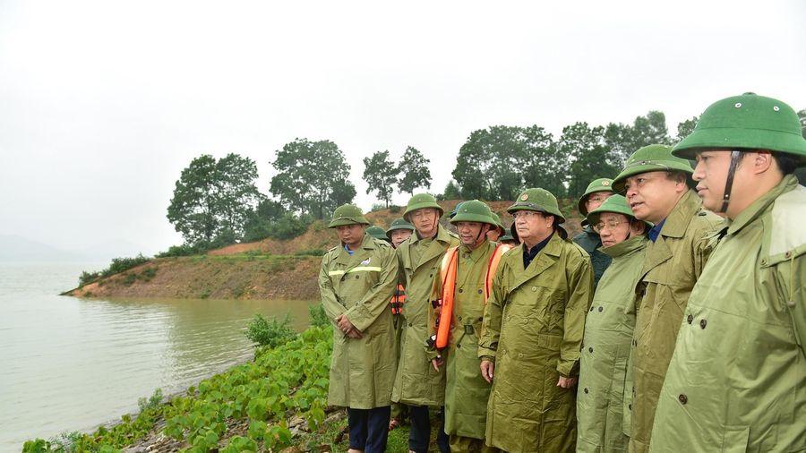 Phó Thủ tướng Trịnh Đình Dũng trực tiếp kiểm tra hồ Kẻ Gỗ