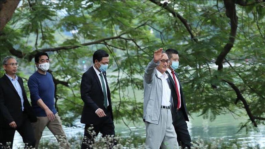 Thủ tướng Nhật Bản Suga Yoshihide đi dạo hồ Hoàn Kiếm