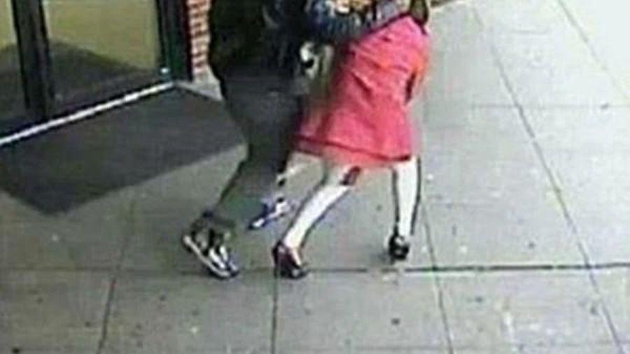 Cô bé 11 tuổi thoát khỏi kẻ bắt cóc bằng cách đá hắn thật mạnh, giằng tay chạy đi kêu cứu