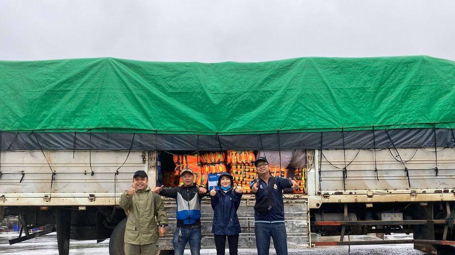 Hòa Minzy mang 3 tấn quần áo cứu trợ người dân miền Trung