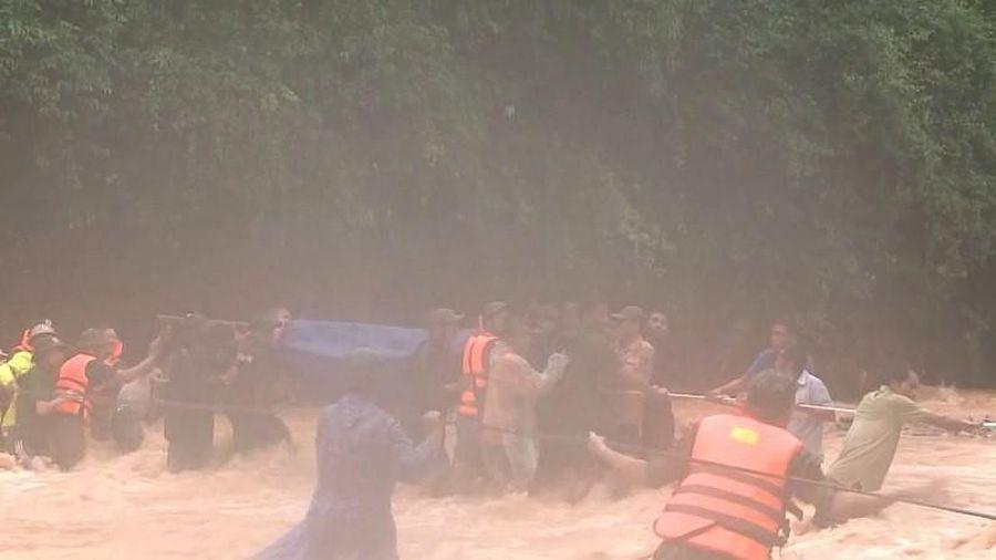 Quảng Trị: Vượt rừng đưa thi thể đại úy công an ra ngoài