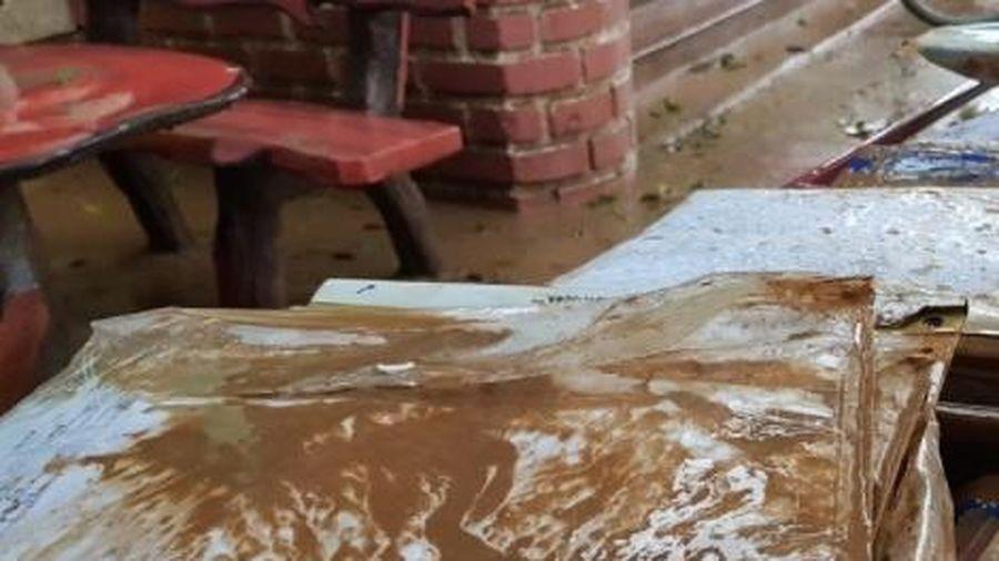 Trường học tan hoang vì mưa lũ, sách vở ngập trong bùn
