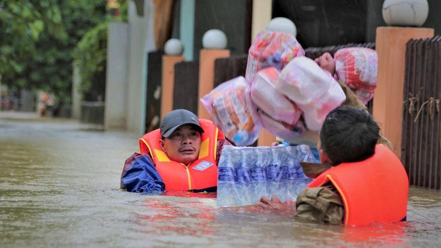 Đội quân đưa cơm, cứu người ở rốn lũ