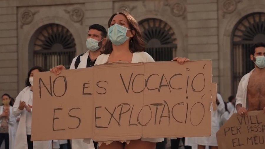 Bác sĩ Tây Ban Nha mặc đồ lót xuống đường biểu tình