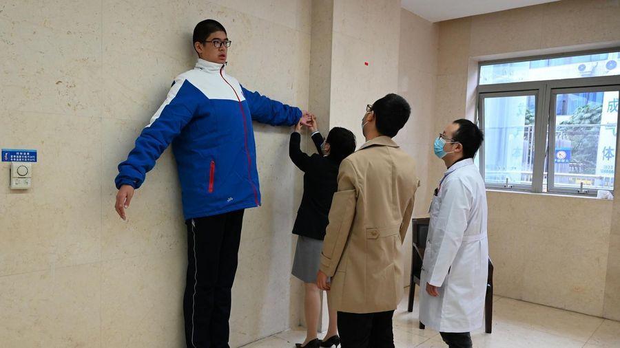 Nam sinh 14 tuổi cao 2,21 m ở Trung Quốc