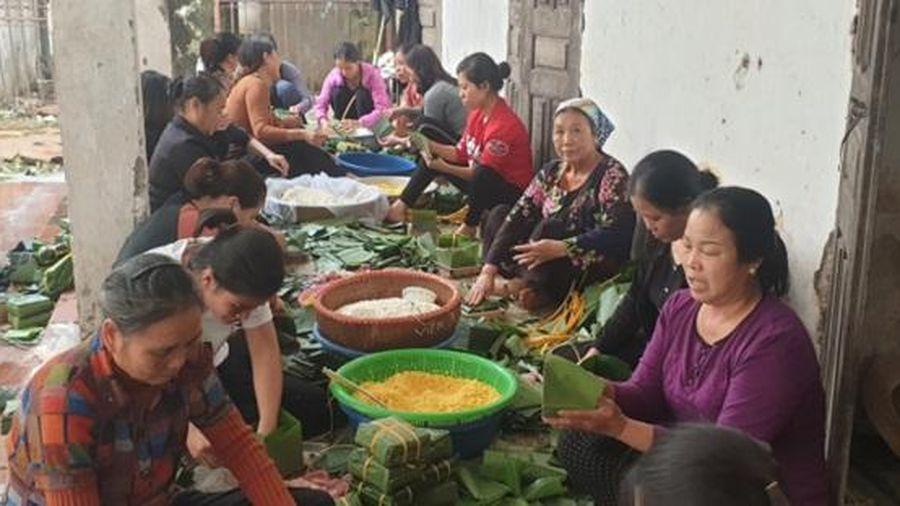 1.070 chiếc bánh chưng người dân thôn Phú Đôi gửi vào miều Trung