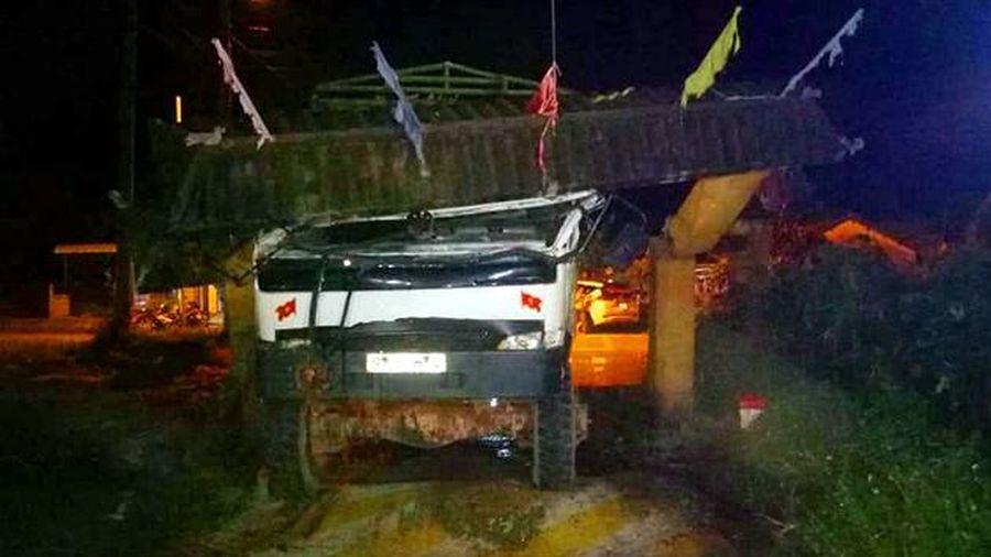 Xe tải 'bốc' cổng làng