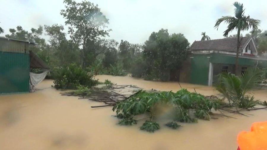 Sang nhà hàng xóm tránh ngập lụt, một bé trai bị ngã tử vong