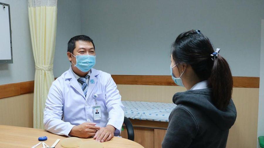 Một phụ nữ nhập viện vì vỡ túi ngực nhân tạo