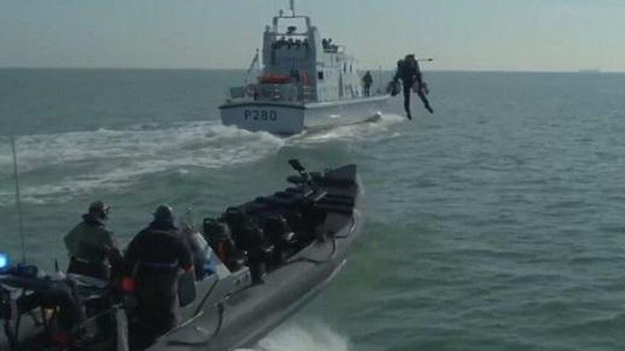 Hải quân Hoàng gia Anh hóa 'người sắt' khi diễn tập tấn công tàu địch