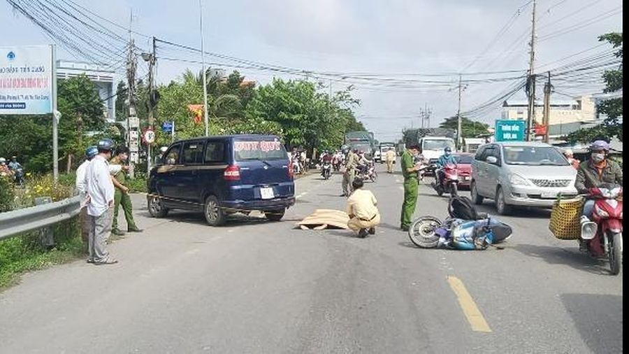 Tin giao thông đến sáng 21/10: Xe chở hàng cứu trợ bị lật; xe máy va ô tô 1 người chết, 1 người bị thương