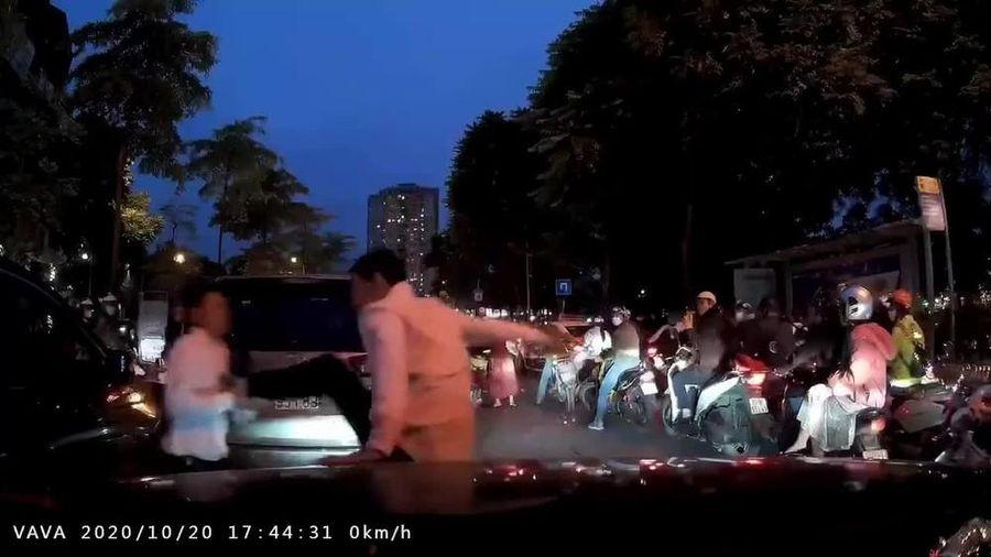 Sau va chạm, hai tài xế ô tô bỏ xe lao vào đánh nhau giữa đường