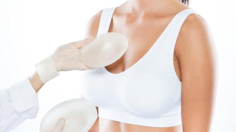 Nâng cấp làm đẹp 'vòng một', người phụ nữ bị vỡ túi ngực