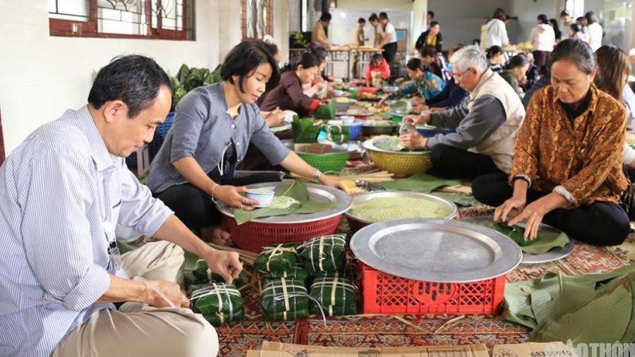Người Hà Nội 'không ngủ' gói hàng vạn bánh chưng gửi 'khúc ruột miền Trung'