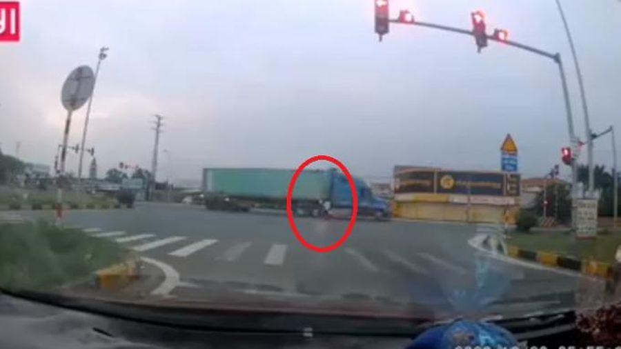 Clip: Kinh hoàng cảnh xe máy 'húc' trực diện vào 'hung thần' hai người nằm bắt động tại chỗ