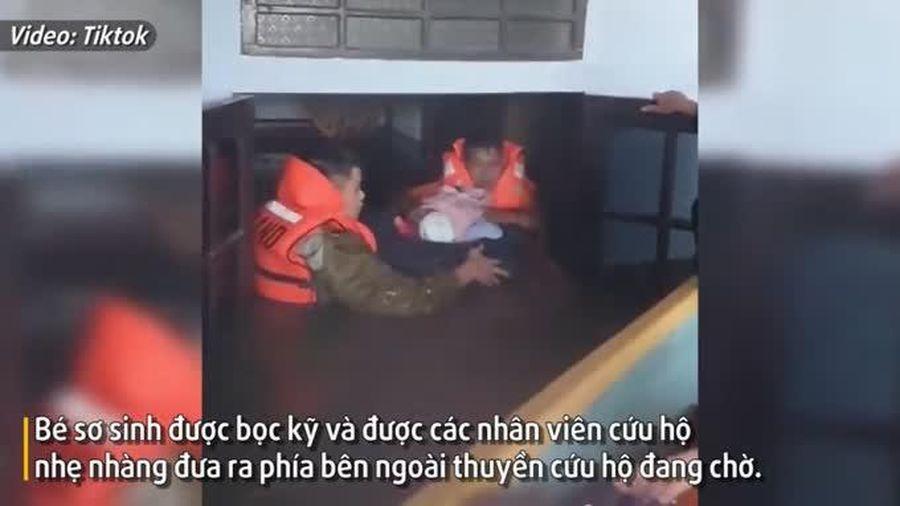 'Đứng hình' khoảng khắc cứu hộ bé sơ sinh trong đêm giữ biển nước lũ