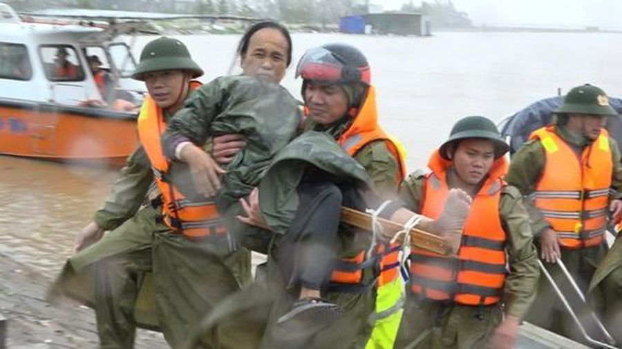 Khoảnh khắc đẹp giữa mùa lũ miền Trung: Công an bất chấp nguy hiểm lội nước cõng 3 người đi cấp cứu
