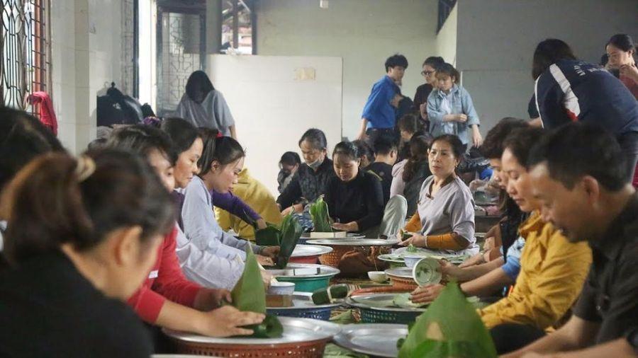 Người Hà Nội ngày đêm gói hàng nghìn chiếc bánh chưng cứu trợ miền Trung qua cơn lũ dữ