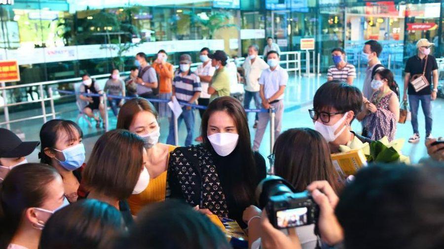 Fans hâm mộ cầm cần câu ra sân bay đón Thủy Tiên trở về từ miền Trung