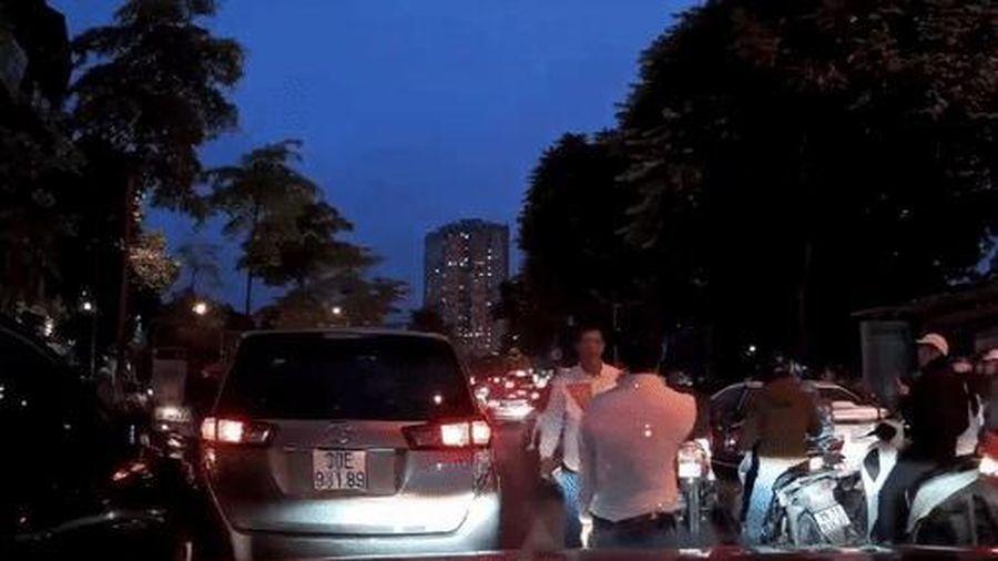Clip: Hai tài xế ô tô bỏ xe lao vào đuổi đánh nhau sau va chạm, cả phố Hà Nội ùn tắc