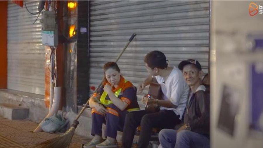 Chàng trai vác guitar đàn hát tặng các chị lao công trên phố khuya Sài Gòn