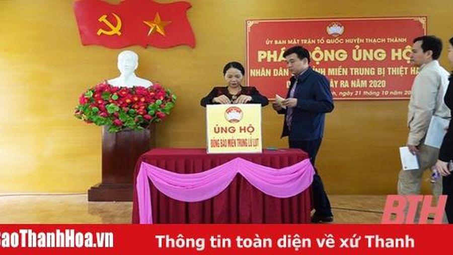 Cán bộ, Nhân dân huyện Thạch Thành ủng hộ đồng bào Miền Trung bị lũ, lụt