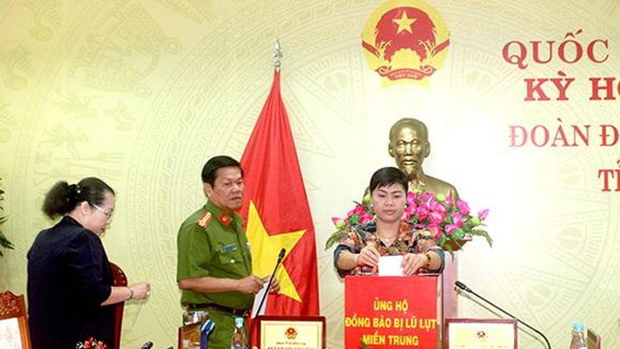 Đoàn đại biểu Quốc hội tỉnh ủng hộ đồng bào miền Trung bị lũ lụt
