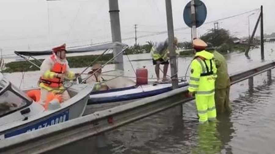 Thủy đoàn 1 Cục CSGT vận chuyển lương thực, hàng hóa cứu hộ lũ lụt tại miền Trung