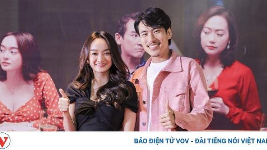 Kaity Nguyễn sánh đôi bên 'bạn trai' Kiều Minh Tuấn trên thảm đỏ 'Tiệc trăng máu'