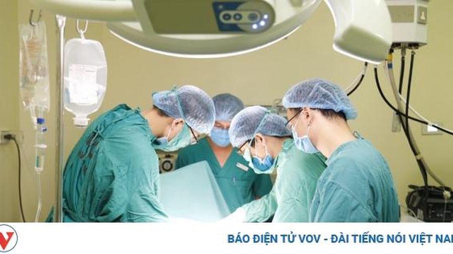 Phẫu thuật loại bỏ khối u nặng 10kg đeo đẳng trên cơ thể cô gái hàng chục năm