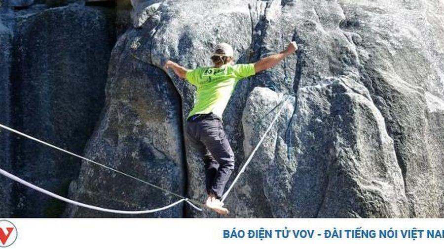 Thót tim màn đi trên dây không đồ bảo hộ ở độ cao 457m
