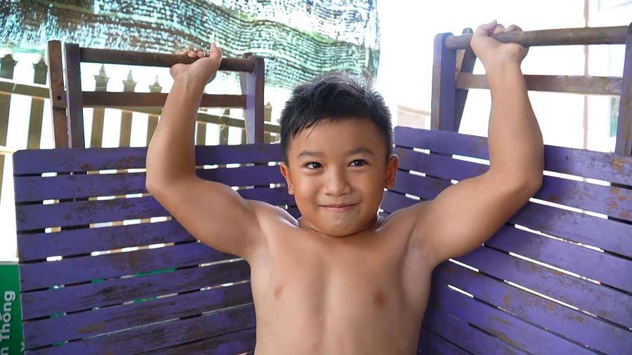 Cậu bé 10 tuổi có thân hình như lực sĩ ở Đồng Nai