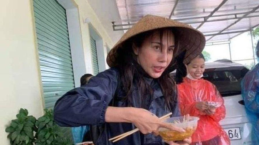 Dân mạng xót xa chia sẻ ảnh Thủy Tiên bơ phờ đứng ăn vội mỳ gói khi đi cứu trợ
