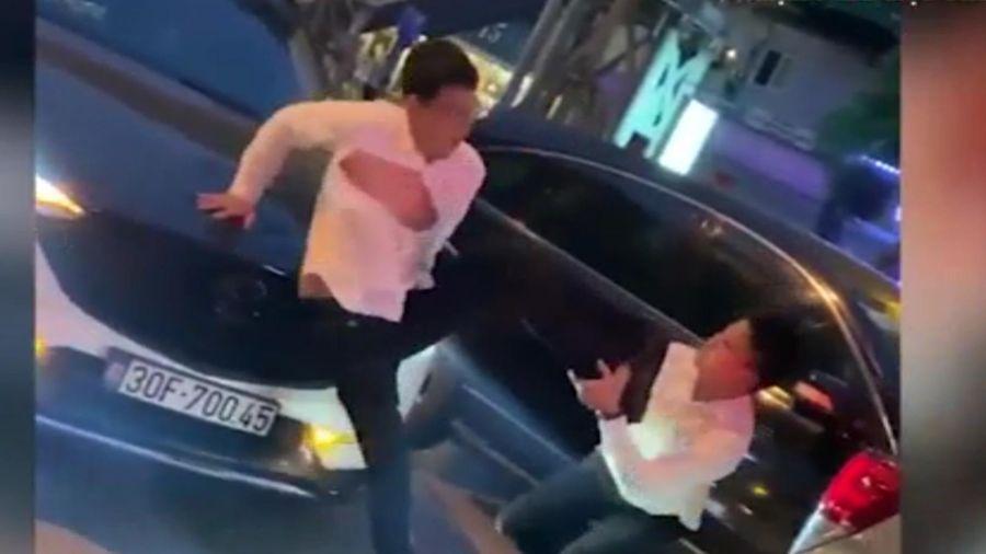 Clip: Sau va chạm, 2 tài xế 'thượng cẳng chân, hạ cẳng tay' giữa phố Hà Nội