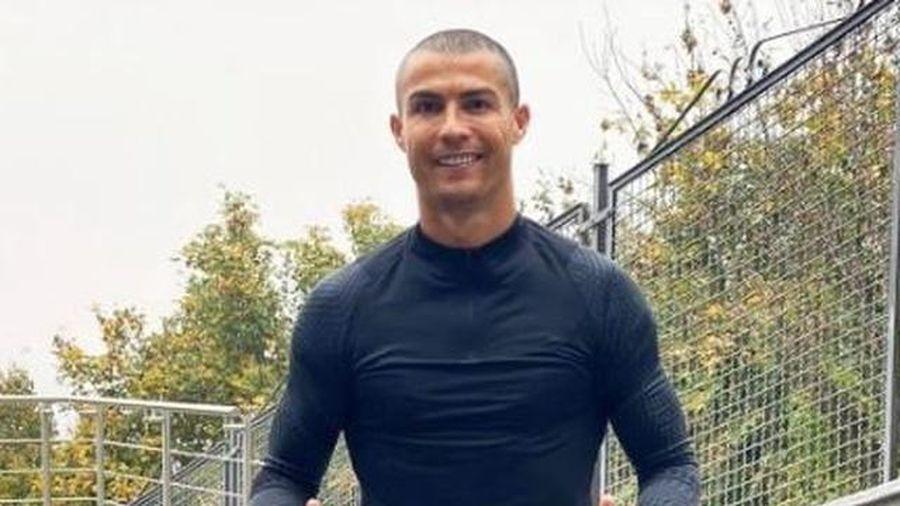 Cristiano Ronaldo cạo đầu, ở nhà tự cách ly sau khi mắc Covid-19