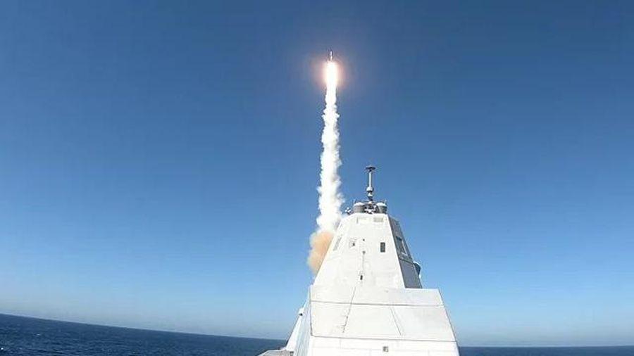 Tàu khu trục tàng hình USS Zumwalt phóng tên lửa lần đầu tiên