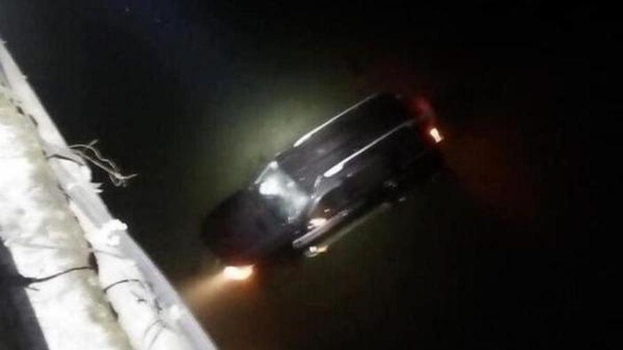 Ô tô rơi xuống sông, cả gia đình may mắn thoát nạn