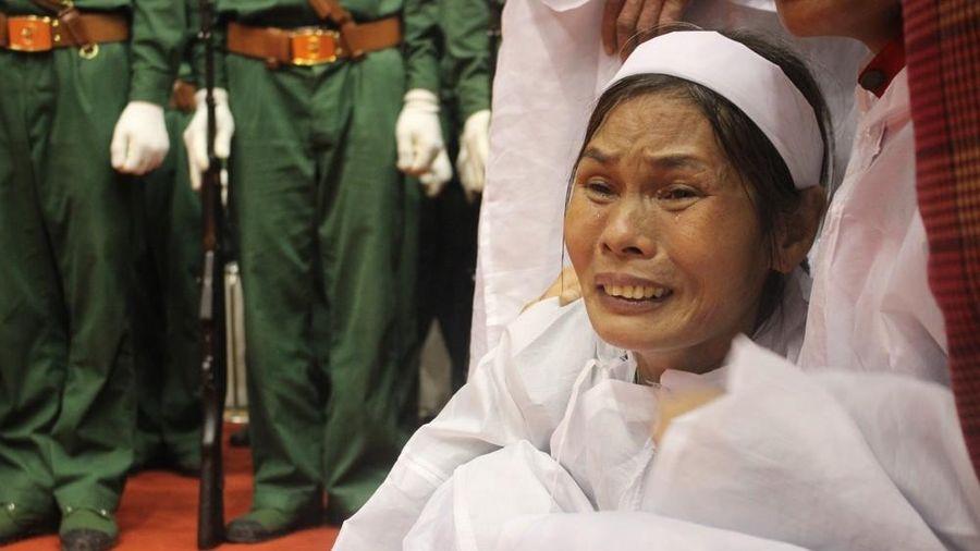 Nhói lòng cảnh thân nhân 22 chiến sĩ hy sinh ở Quảng Trị gọi tên con trong nước mắt